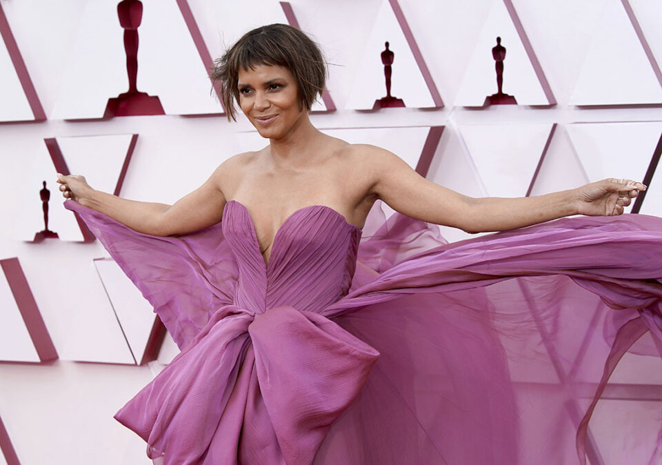 Хали Бери во магично издание на Оскар: Во шестата деценија пленеше со изгледот и новата фризура