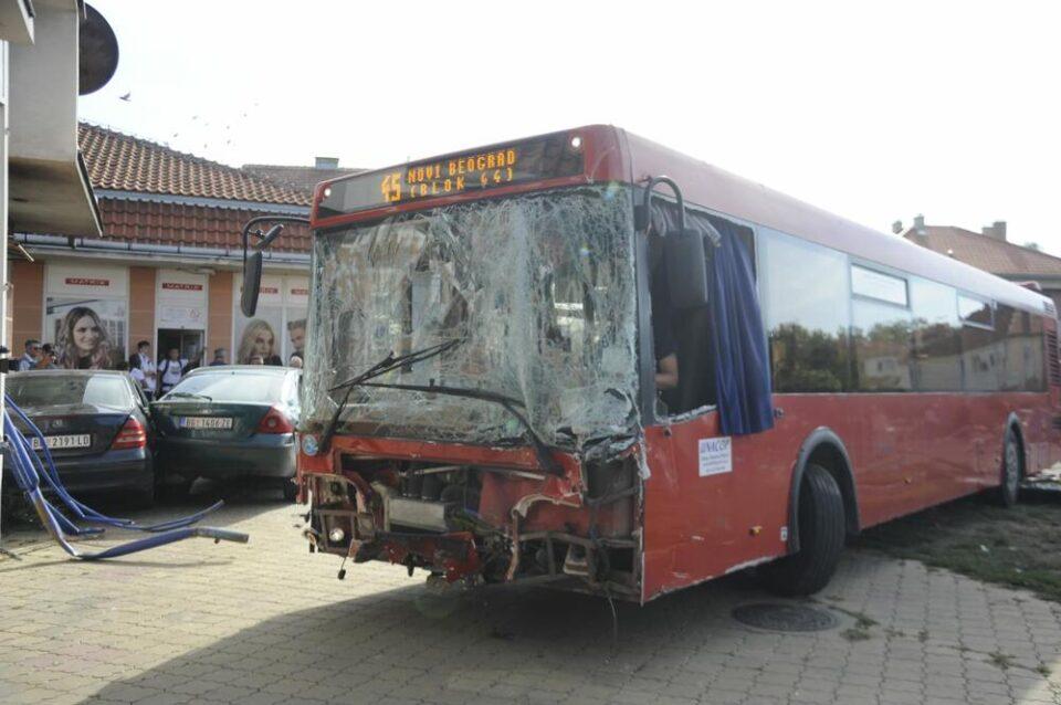 ВИДЕО: Се појави снимка од надзорната камера- еве како автобусот влета во детско игралиште во Земун