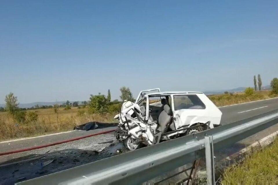 """СТРАШНА НЕСРЕЌА: Брачна двојка загина кога шлепер преполови автомобил """"југо"""" во близина на Ниш"""
