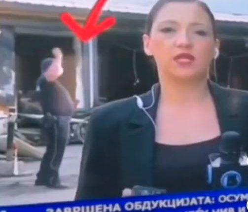 ВИДЕО: Полицаец гаѓа со камења пред пеплосаната модуларна во Тетово
