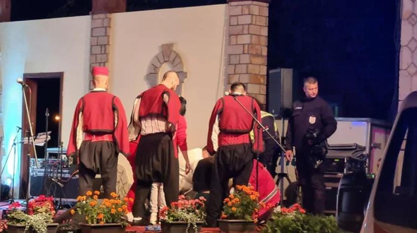 ТРАГЕДИЈА: Момче се сруши на бина на фолклорен настап и почина на пат кон болница во Србија