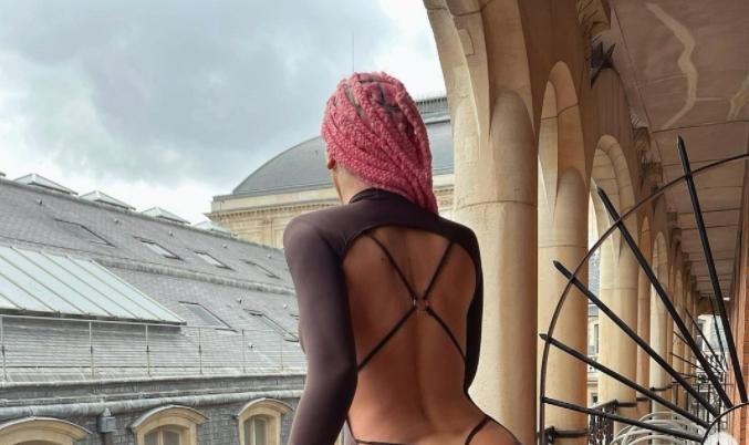 Карлеуша со нова скандалозна фотографија: Шлиц на задникот и секако без гаќички! (ФОТО)