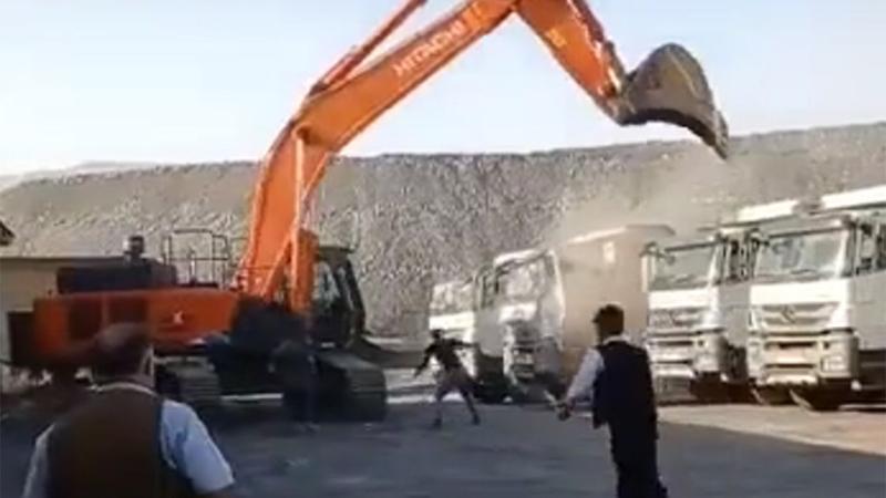 Кога газдата не плаќа, а има камиони: Со багер уништи неколку камиони, а сопственик на фирмата бил неговиот вујко (ВИДЕО)