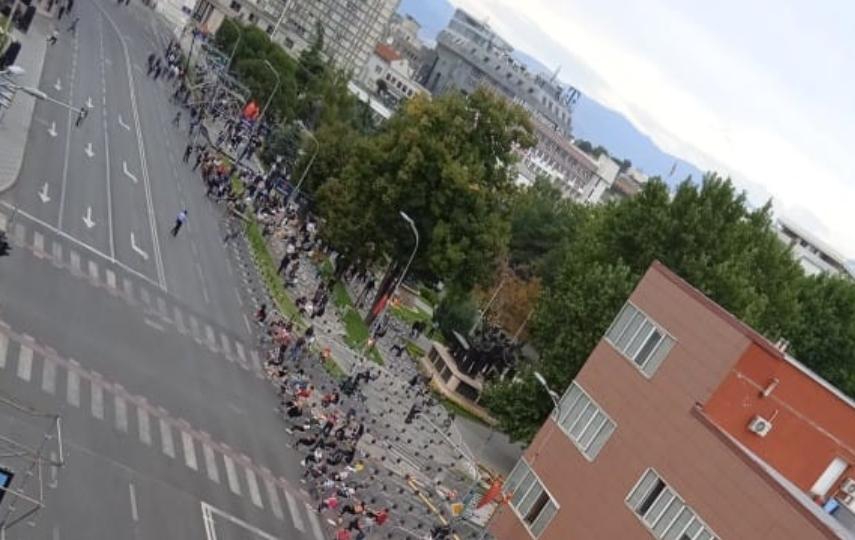 СРАМНО И ОЧАЈНО: Погледнете колку е празно пред Собрание на прославата на независноста (ФОТО)