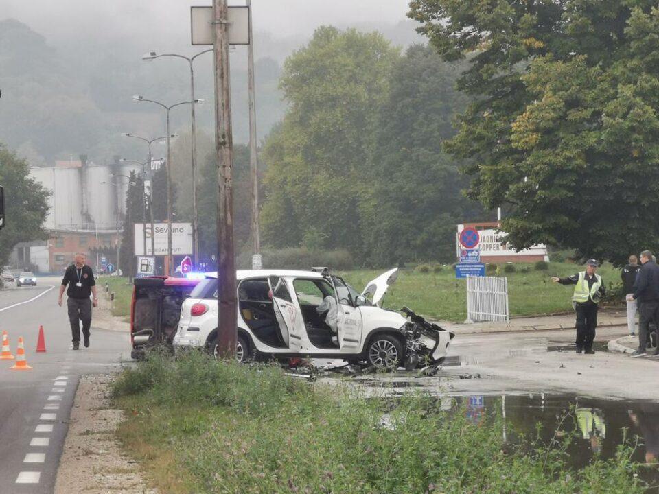 """ФОТО: """"Се прашувавме дали има некој жив"""" – еден автомобил преполовен, еден превртен, тешка несреќа во Србија"""