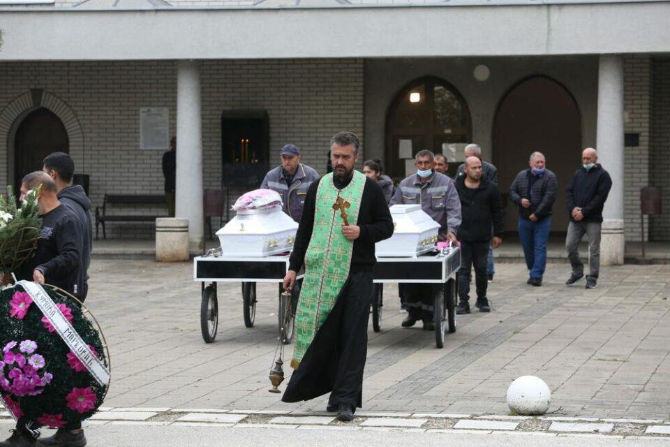 Несреќната мајка кукаше на цел глас: Погребани сестричките кои загинаа од струен удар во Србија